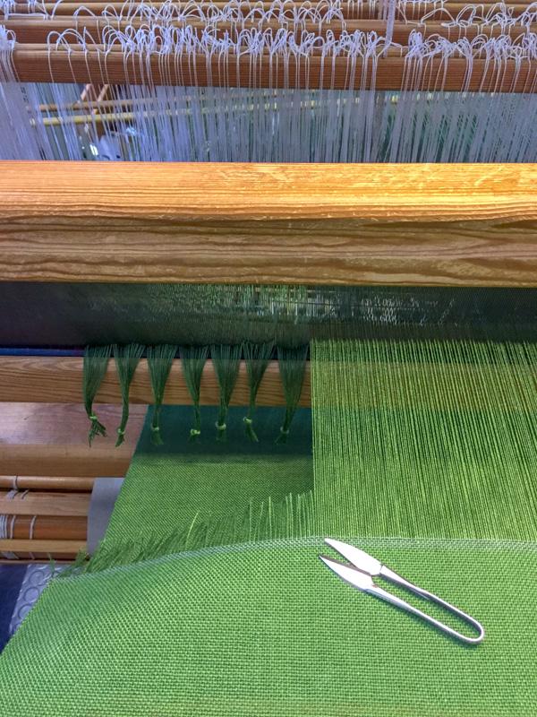 Das grüne Parament ist fertig gewebt und wird ausgeschnitten